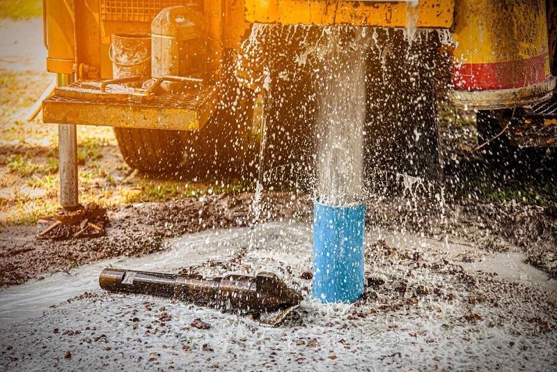 Como puxar água de poço artesiano para irrigação