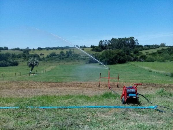 Sistema de Irrigação funcionando no campo