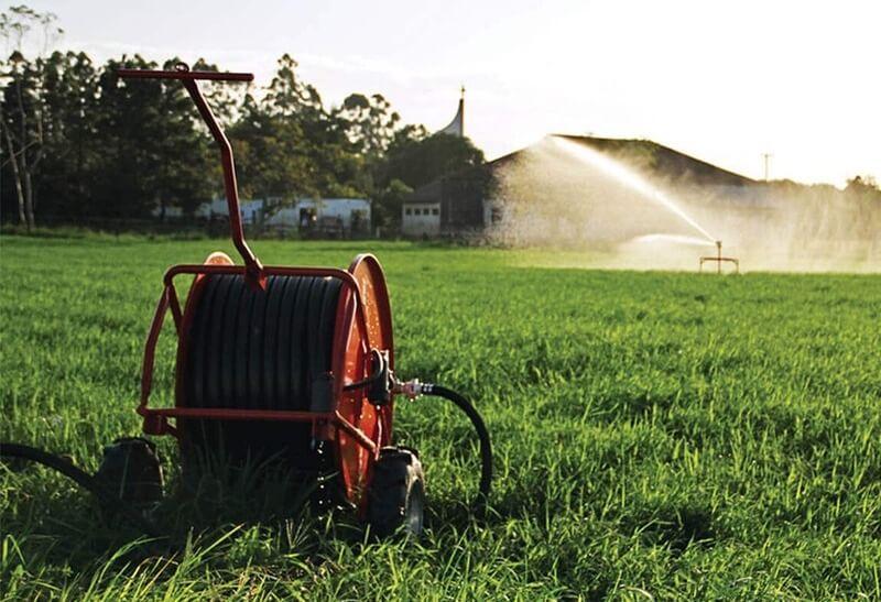 Canhão da IRRIGAT fazendo a irrigação em um campo